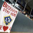 Les supporters des Los Angeles Galaxy demandent à David Beckham de  rester au Galaxy le 16 octobre 2011 lors d'un match face aux Chivas USA  au Home Depot Center de Los Angeles