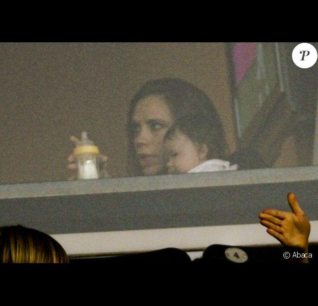 Victoria Beckham et la petite Harper le 16 octobre 2011 lors d'un match face aux Chivas USA au Home Depot Center de Los Angeles