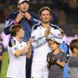 David Beckham et ses enfants Brooklyn et Romeo le 16 octobre 2011 lors d'un match face aux Chivas USA au Home Depot Center de Los Angeles