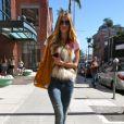 Le mannequin Rosie Huntington-Whiteley, en gilet sans manches Isabel Marant sous le soleil de Los Angeles.