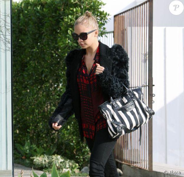 Nicole Richie porte une veste aux manches en fourrure sur un chemisier de sa propre marque Winterkate.