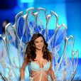 Le top model australien Miranda Kerr défilait avec son bijou de lingerie à 2,5 millions de dollars, après l'avoir présenté à la presse le 19 octobre dernier. New York, le 9 novembre 2011.