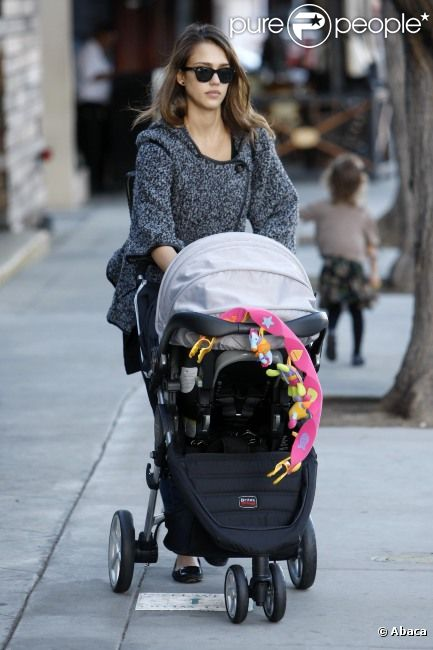 Jessica Alba en balade avec ses deux filles Honor et Haven le 13 novembre 2011 à Los Angeles