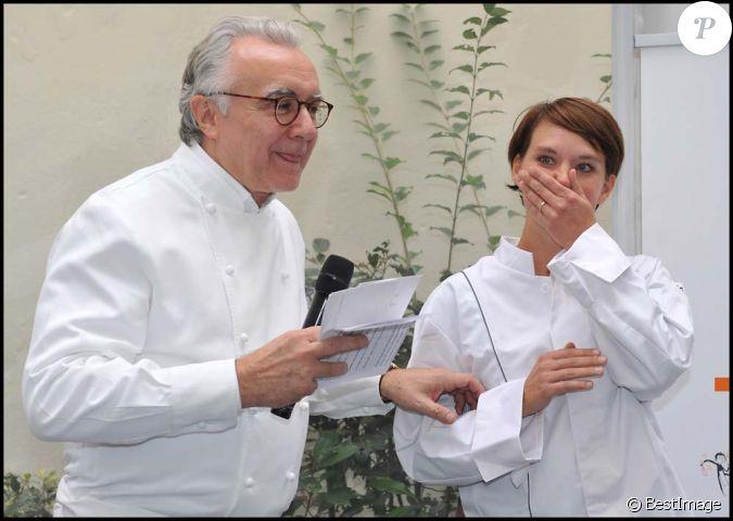 Alain ducasse et la gagnate fabienne marginier lors du - Concours cuisine amateur ...