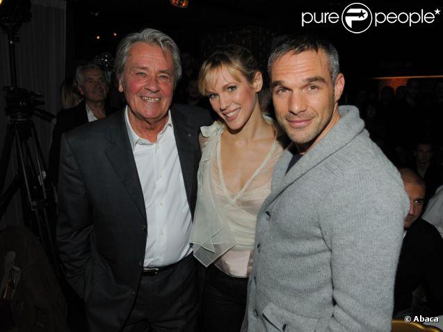 Lorie, entourée d'Alain Delon et son amoureux Philippe Bas, a livré une belle performance acoustique lors de son showcase au Queenie le 23 novembre 2011 en première partie de soirée.