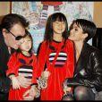 Johnny et Laeticia Hallyday entourent leurs adorables Jade et Joy, à Paris, le 6 novembre 2011.