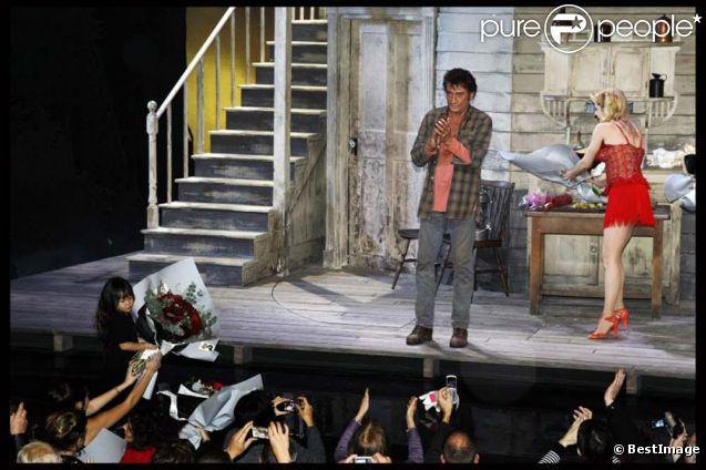 Exclu : La petite Joy apporte un bouquet de roses à son père Johnny Hallyday lors de la dernière du  Paradis sur Terre  au Théâtre Édouard-VII à Paris, le 19 novembre 2011.