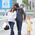 Jennifer Garner et Ben Affleck amoureux avec leur fille Violet dans les rues de Santa Monica, le 30 novembre 2011