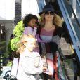 Belle journée pour Heidi Klum et ses filles Leni et Lou faisant du shopping le 3 décembre 2011 à Brentwood en Californie