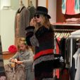 Heidi Klum fait du shopping avec ses filles Leni et Lou le 3 décembre 2011 à Brentwood en Californie