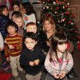 Amanda Sthers au milieu d'enfants intimidés le mercredi 7 décembre à la Librairie Carré d'Encre à Paris