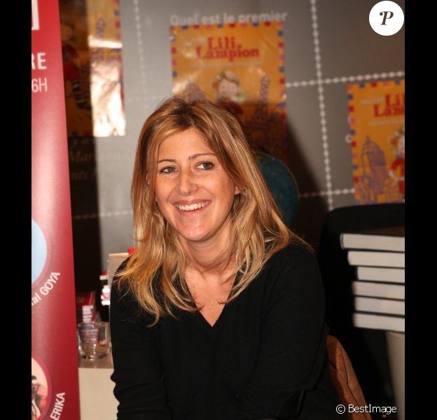 Amanda Sthers a donné souriante le mercredi 7 décembre à la Librairie Carré d'Encre à Paris