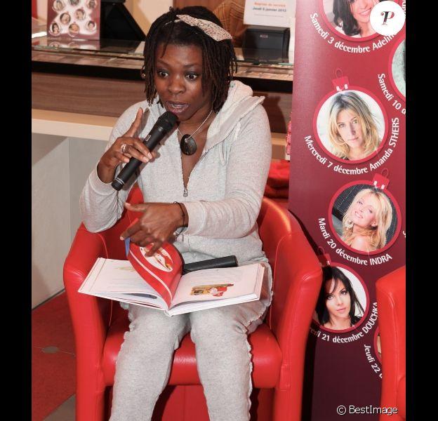 Princess Erika joue les conteuses lors de la lecture d'une histoire de Noël le 14 décembre 2011 à la librairie Carré d'Encre à Paris