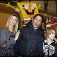 Smaïn, sa compagne Sid et leur fils Rayan à l'inauguration de Jours de fêtes au Grand Palais, à Paris, le 15 décembre 2011.