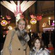 Alexandra Vandernoot et sa fille à l'inauguration de Jours de fêtes au Grand Palais, à Paris, le 15 décembre 2011.