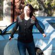 Jennifer Elia affiche une bien grise mine lorsque Chaz Bono quitte le domicile, à Los Angeles le 21 décembre 2011