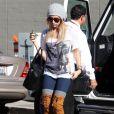 Ashley Tisdale rejoint Vanessa Hudgens à son cours de yoga, le vendredi 23 décembre à Los Angeles.
