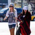 Vanessa Hudgens et Ashley Tisdale, à la sortie de leur cours de yoga, le vendredi 23 décembre à Los Angeles.