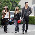 Vanessa Hudgens, Ashley Tisdale et Austin Butler achètent leur sapin de Noël ensemble, à Los Angeles, le lundi 19 décembre 2011.