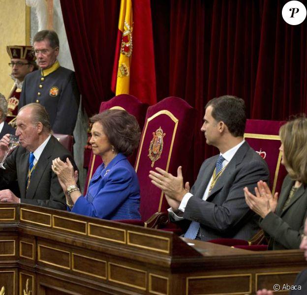 Le roi Juan Carlos d'Espagne inaugurait le 10e mandat parlementaire de la démocratie espagnole, le 27 décembre 2011 au Parlement, à Madrid, entouré de son épouse la reine Sofia, du prince Felipe et de sa Letizia.