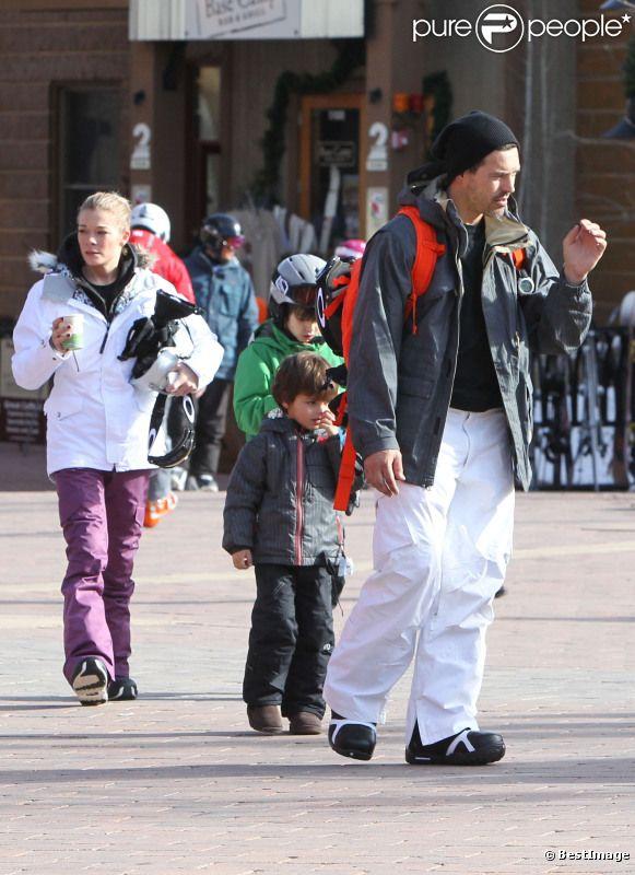 LeAnn Rimes et Eddie Cibrian profitent de leurs vacances à Aspen avec les fils d'Eddie : Mason et Jake le 27 décembre 2011