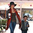 LeAnn Rimes fait du shopping avec Mason, l'un des fils d'Eddie Cibrian le 12 décembre 2011 à Los Angeles