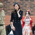Kate Middleton à Windsor le 25 juin 2011.   Pour sa première année dans la famille royale, Catherine, duchesse de Cambridge, a donné à observer, dans le spectacle de son élégance, un petit geste très coquet : le recoiffage !