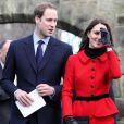 Kate Middleton, retour à St Andrews, berceau de son histoire d'amour avec le prince William, le 25 février 2011.   Pour sa première année dans la famille royale, Catherine, duchesse de Cambridge, a donné à observer, dans le spectacle de son élégance, un petit geste très coquet : le recoiffage !