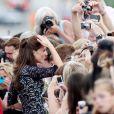 Kate Middleton le   Pour sa première année dans la famille royale, Catherine, duchesse de Cambridge, a donné à observer, dans le spectacle de son élégance, un petit geste très coquet : le recoiffage !
