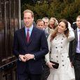Kate Middleton à Belfast le 8 mars 2011.   Pour sa première année dans la famille royale, Catherine, duchesse de Cambridge, a donné à observer, dans le spectacle de son élégance, un petit geste très coquet : le recoiffage !