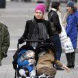 Naomi Watts, petite mine, promène ses deux fils Samuel et Alexander, dans les rues de New York, le 8 janiver 2011.