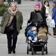 Naomi Watts, en compagnie de sa maman, promène ses deux fils Samuel et Alexander, dans les rues de New York, le 8 janiver 2011.