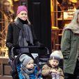 Naomi Watts promène ses fils Samuel et Alexander, en compagnie de sa mère Myfanwy Edwards, à New York, le 8 janvier 2011.