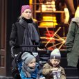 Naomi Watts promène ses fils Samuel et Alexander, à New York, le 8 janvier 2011.