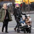 Naomi Watts promène ses fils, en compagnie de sa mère Myfanwy Edwards, à New York, le 8 janvier 2011.
