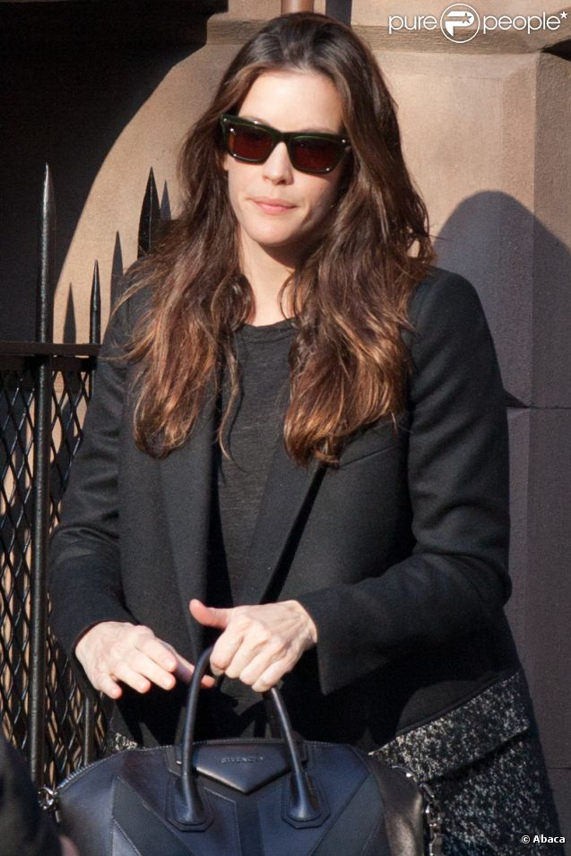 Liv Tyler en manteau Stella McCartney avec sac Givenchy à New York, le 10 janvier 2012.