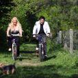 Loana et Eryl Prayer font du vélo en avril 2011 à Boulogne