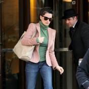 Penélope Cruz : un blazer rose sur un pull vert ? Carton rouge !