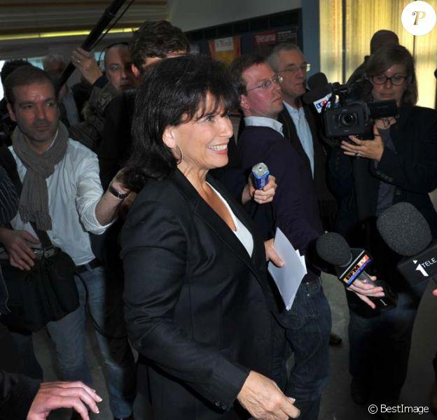 Anne Sinclair à la conférence de presse du lancement de la version française du Huffington Post, devant plus de 200 journalistes, à Paris, le 23 janvier 2012.