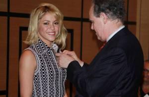 Shakira, très sexy, décorée à Cannes devant ses parents et Patricia Kaas