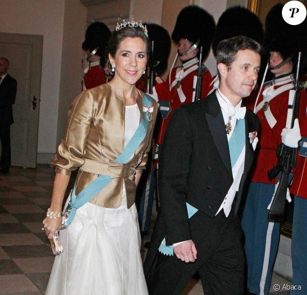 Au côté de son mari le prince Frederik, la princesse Mary de Danemark était une fois de plus magnifique en tenue d'apparat pour un dîner célébrant le jubilé des 40 ans de règne de la reine Margrethe, le 1er février 2012 au palais de Christiansborg.