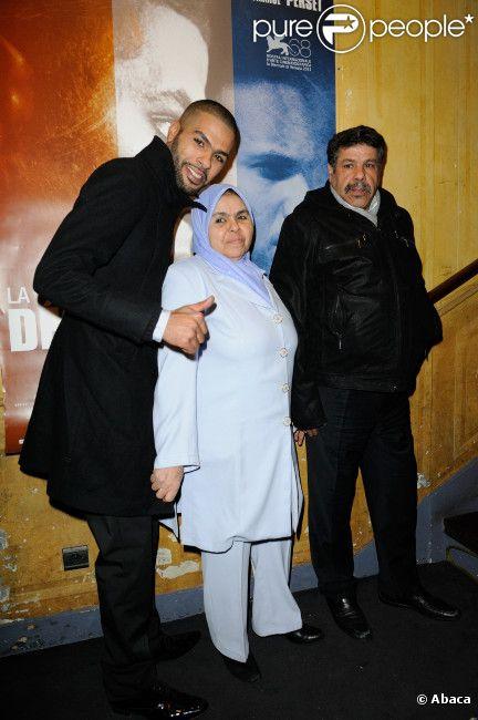 Rashid Debbouze et ses parents à l'avant-première de La Désintégration, au Comedy Club de Paris le 8 février 2012.