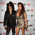 Slash et sa femme Perla lors de la soirée EMI après les Grammy Awards, dans les locaux de Capitol Records à Los Angeles, le 12 février 2012.
