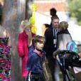 """"""" Gwen Stefani et ses fils Kingston et Zuma s'éclatent dans un parc de Santa Monica le 18 février 2012 """""""