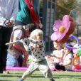 """"""" Gwen Stefani : son petit Zuma joue les guerriers un parc de Santa Monica le 18 février 2012 """""""