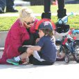 """"""" Gwen Stefani : une petite chute pour son Kingston mais rien de grave dans un parc de Santa Monica le 18 février 2012 """""""
