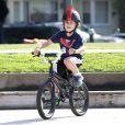 """"""" Gwen Stefani : son petit Kingston est déjà un champion à vélo dans le parc de Santa Monica le 18 février 2012 """""""