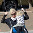 Gwen Stefani passe un très bon moment avec Zuma sur une balançoire dans un parc de Santa Monica le 18 février 2012