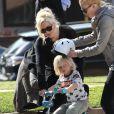Gwen Stefani apprend à son petit Zuma à faire de la trotinette et du vélo au parc de Santa Monica le 18 février 2012