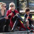 Gwen Stefani s'occupe de ses adorables bouts d'chou Kingston et Zuma au parc de Santa Monica le 18 février 2012